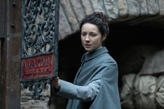 Outlander's Caitriona Balfe Addresses Claire and Jamie's Verra Minimal Aging - Before this past Sunday's Outlander, the last time Claire and Jamie Fraser saw each other, they were in their After roughly two decades apart, they E Claire, Claire Fraser, Jamie And Claire, Jamie Fraser, Outlander Book 3, Diana Gabaldon Outlander Series, Outlander Trailer, Outlander Gifs, Outlander Costumes
