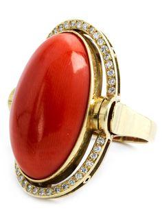 Ringweite: 49. Ringkopflänge: ca. 2,7 cm. Gewicht: ca. 7,9 g. GG 750. Eleganter Ring mit feinem Korallcabochon umrahmt von kleinen Brillanten, zus. ca. 0,50...