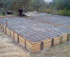 Фундаментная плита. Все работы, связанные с закладкой традиционных фундаментов, требуют больших трудозатрат. Намного проще построить дом на фундаментной плите. В этом случае не нужно рыть глубокий котлован, достаточно снять растительный слой. Образовавшееся место заполняется щебнем или гравием, который предохраняет от капиллярного подсоса воды. На подготовленное таким образом основание укладывается пенополистирол толщиной 15–16 см. Он должен иметь соответствующую плотность – как минимум пенополи Pouring Concrete Slab, Concrete Pad, Building Design, Building A House, Cinder Block House, Building Foundation, Outdoor Spaces, Outdoor Decor, Home Improvement