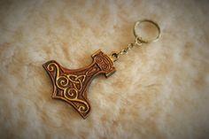 """Porte clé, bijou de sac viking """" marteau de Thor """" en cuir repoussé : Porte clés par margaery"""
