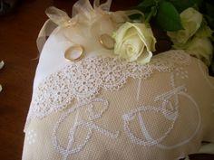 cuscino porta fedi, ricamato a punto croce, a forma di cuore http://rossellacountry.blogspot.it/2014/01/sposa-romantica.html