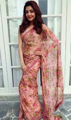 kajal aggarwal in Floral Printed Sarees Trending Fashion and Beauty Styling Tips and Designer deals - Tikli. Simple Sarees, Trendy Sarees, Stylish Sarees, Fancy Sarees, Floral Print Sarees, Saree Floral, Printed Sarees, Chiffon Saree, Floral Chiffon