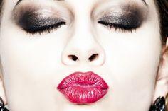 Smokey eyes e labbra rosso fuoco sono i protagonisti di questi scatti. Solitamente le make up artist consigliano di dare focus o agli occhi o alle labbra per un trucco giornaliero (parliamo rispettivamente di make upda giorno e da sera), ma per un beauty moda...