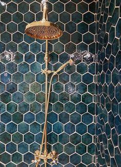 Tisvilde er en unik og farverig fliseserie af håndlavede terrakotta fliser med flot glasur, og er en hyldest og kærlighed til den lille fiskerby på Nordsjælland. Farverne i serien er inspireret og opkaldt efter de smukke naturomgivelser og den unikke atmosfære, man kan opleve i Tisvilde. Her ses farven Tisvilde Blues i heaxgon. #BathroomIdeas
