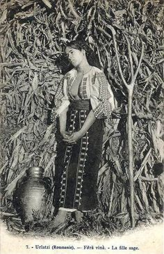 Old Pictures, Old Photos, History Of Romania, Romania People, Romanian Girls, Folk Clothing, Folk Music, Folk Costume, World Cultures