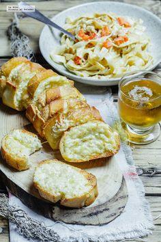 Receta de pan con ajo gratinado. Receta con fotografías de cómo hacerla y sugerencias de cómo servirla. Receta de botanas...