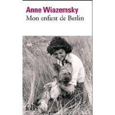222. Mon enfant de Berlin. Anne Wiazemsky - En septembre 1944, Claire, ambulancière à la Croix-Rouge, se trouve à Béziers avec sa section,  alors que dans quelques mois elle suivra les armées alliées dans un Berlin en ruine. Au volant de son ambulance, quand  elle transporte des blessés vers des hôpitaux surchargés, elle se sent vivre pour la première fois.  Mais à travers la guerre, sans même le savoir, c'est l'amour que Claire cherche.