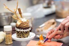 Criado por Le Dolci padaria em Toronto, o cupcale extravagante foi desenvolvido para ser o mais caros do mundo, superando o atual detentor do recorde de ser o  Decadence D'Or cupcake de 750 dólares em LAS VEGAS. - Created by Le Dolci bakery in Toronto, the extravagant cupcake is thought to be the world's most expensive, beating the current record holder being the $750 Decadence D'Or cupcake at Las Vegas' THE PALAZZO.