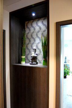 Egyedi előszobai falfülke beépített szekrény LED világítással, nyitott kivitelben