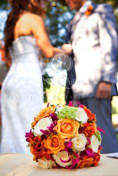 ramo de novia en naranjas y rojos de joanne en su siquiero  By Saso Kos Photography