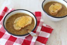 We laten je zien hoe je zelf Franse uiensoep kunt maken. Heel erg simpel om te maken maar super lekker! Serveer er een stokbroodje bij en smullen maar.