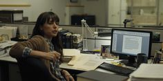 Dell monitor used by Constance Zimmer in HOUSE OF CARDS: CHAPTER 1 (2013) #Apple