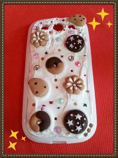 Cover per cellulare con biscotti in fimo.