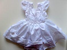 Lindo vestido Branco ideal para o batizado. super fofo e com pérolas na parte da frente com duas saias bem fofas. Muito lindo para o batizado.