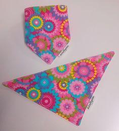 Babero quita babas o bandana Flores. Visita nuestra tienda online para ver más baberos molones: http://dulcegateo.esy.es