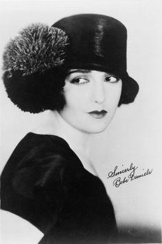 3b30d1d5b29 A signed publicity photo of 1920s movie star Bebe Daniels. Style Année 20