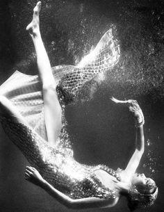 iloverunways:   Julia Hafstrom By Boe Marion For Scandinavia byn vestido agua sumergirse