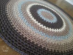 Crochet à tapis faits de fils de tissu de haute qualité (fils de t-shirt) en couleurs de la lumière bleue, deux tons de gris et blanc cassé. Le fil est