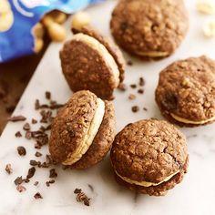Här hittar du ett läckert recept på Choklad- och havrekakor med jordnötsfrosting. Botanisera bland massor med recept, tips och inspiration.