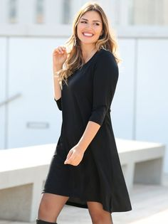 Um elegante vestido liso, pensado para dar um toque estilizado à tua figura. Vestido em confortável tecido elástico, com decote arredondado e abertura em - Venca - 006944