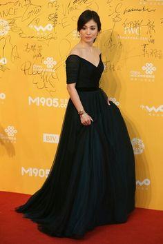 Korean actress Song Hye Ky in red caroet. Lovely black dress!