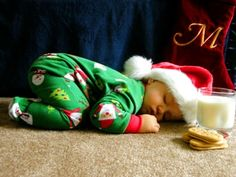 Baby's first Christmas picture ~ This is super adorable | #babyphotoideas | #firstchristmasphoto