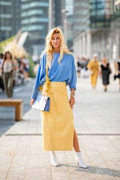 Milan Fashion Week 2018 (MFW just came to a close, and the street style was unlike anything we've seen this season thus far. Here, 19 of our favorite looks. Fashion Mode, Look Fashion, Fashion Trends, Street Fashion Outfits, Street Style Dresses, Fashion News, Milan Fashion Week Street Style, Office Fashion, Curvy Fashion