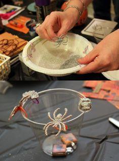Dale brillo a tus arañas plásticas decorándolas con escarcha/brillantina.