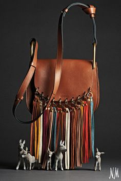 Go on a fringe binge with this Hudson Leather Shoulder Bag by Chloé. Wear with flare-leg denim pants and an off-the-shoulder top for festival-ready fashion.