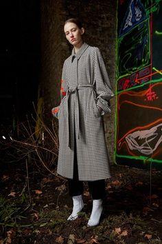 Guarda la sfilata di moda Off-White a Parigi e scopri la collezione di abiti e accessori per la stagione Pre-Collezioni Autunno-Inverno 2017-18.