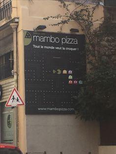 Pacman isst Pizza in Nizza! *nomnomnom  Eine Pizzaria nutzt die Form von Pacman und die gelernte Form eines einzelnen Pizzastückes – sehr gelungen, wie wir finden!   Das Werbeschild hängt an der seitlichen Fassade der Pizzaria und war optimal für den Autoverkehr einsehbar.   #werbeschild #xxl-print #werbung #pacman #kreativ #pizza