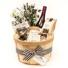 I love these DIY gift basket ideas. These DIY gift baskets are super easy to make and are the perfec. Housewarming Gift Baskets, Diy Gift Baskets, Wine Baskets, Gift Hampers, Basket Gift, Wedding Gift Baskets, Food Baskets, Raffle Baskets, Easter Gift Baskets