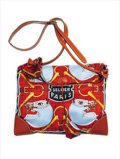 エルメスのシルクバッグ。ビビッドな朱でファッションのアクセントに。