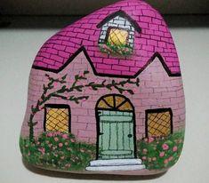 Painting stones: 111 new DIY ideas and motifs DIY craft ideas stone painting house Stone Art Painting, Rock Painting Designs, Pebble Painting, Pebble Art, House Painting, Stone Crafts, Rock Crafts, Arts And Crafts, Diy Crafts