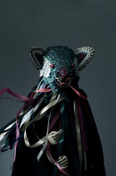 L'artiste illustrateur Baku Maeda vit et travaille à Sapporo au Japon. Au fil des années, l'artiste est devenu spécialiste dans les sculptures et les objets faits à base de ruban de satin ou de soie.
