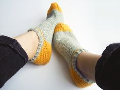 Color block socks, knitted slippers, ankle high, footies in women's medium size Knitting Socks, Hand Knitting, Knit Socks, Knitting Ideas, Knitted Slippers, Diy Clothing, Leg Warmers, Lana, Needlework