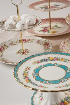 Vancouver Vintage - Cake stands in all colours and sizes - the perfect addition to your tea party!