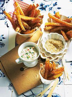 Belgische Pommes sind nusprig, weil zweimal frittiert und in einem Sesam-Koriandersaat-Mix gewälzt. Den cremigen Part übernimmt die selbst gemachte Mayo mit exotischer Fruchtnote. Foto: Thomas Neckermann