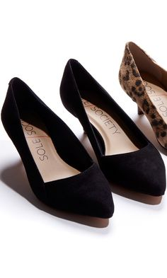 Kitten heel pump with a pointed toe and stacked heel.