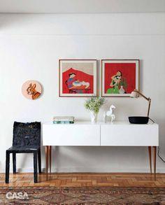 Pendurar gravuras e arrumar objetos e fores sobre um aparador se mostra uma ótima forma de compor o espaço, conta Antonia Mendes, designer de interiores