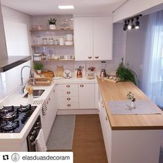 Por aqui na paz da cozinha limpinha. pq por mais que vcs duvidem, essa cozinha fica a maior parte… Kitchen Dinning, Home Decor Kitchen, Kitchen Furniture, Home Kitchens, Modern Kitchen Design, Interior Design Kitchen, Kitchen Models, Cuisines Design, Apartment Kitchen