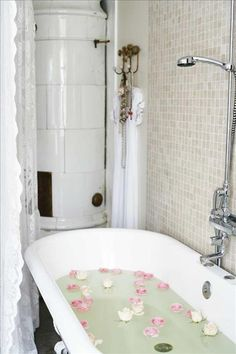 The bathtub with lion paws are from Nacka byggnadsvård. Lace / shower curtain, SEK Old touch. Shower Crane from Mora armatur Classic Bathroom, White Bathroom, Shabby Vintage, Vintage Decor, Lace Shower Curtains, Romantic Bath, Bath Or Shower, Bath Tub, Roll Top Bath