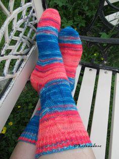 Niin ohut lanka...mutta niin ihanat sukat. Enkä saanut edes itselleni!