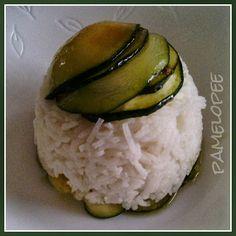 Pamelopee türmte am Mittwoch Basmatireis, gerösteten Knoblauch und Zucchinischeiben auf. http://pamelopee.blogspot.de/2013/10/zucchini-reis-kuppel.html