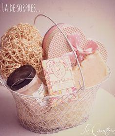 Linda canastita con jabones orgánicos y sorpres pink! Contamos con envíos a todo México por $50 pesos y compras seguras en línea. Para visitar nuestra tienda digital haz click aquí :) https://www.kichink.com/stores/la-canasteria-gift-baskets