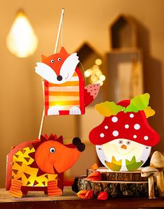 Wenn der Herbst kommt, beginnt die Freude auf die Laternenumzüge und das Leuchten der Lampen im Dunkeln. Damit das richtig gut gelingt, finden Sie bei uns die besten Laternen & Lampion Bastelsets für Kinder. #kinder #laternen #lampions #basteln #laternenbasteln Pinecone Crafts Kids, Pine Cone Crafts, Autumn Crafts, Crafts For Kids, Lantern Crafts, Handmade Lanterns, Craft Activities, Handmade Toys, Halloween Diy