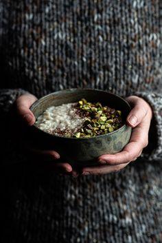 Bár téli receptnek szántam ezt a rizspudingot, mert olyan laktató és melegen a legjobb enni. De azt hiszem még nem késtem el vele, és a kora tavaszi hűvös, szeles délutánokon is finom desszert lehet. 🙂 Az elkészítéshez rizottó rizst használtam, mert sokkal jobb pudingos állaga lesz, anélkül, hogy teljesen szétfőne a rizs. Szuper hozzá az...Tovább olvasok Food, Essen, Meals, Yemek, Eten