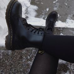 Doc Martens have been in style for almost 60 years, discover what made them so popular. We also discuss how to wear them in style! Sock Shoes, Cute Shoes, Me Too Shoes, Shoe Boots, Ankle Boots, Shoe Bag, Black Combat Boots, Dm Boots, Fall Boots