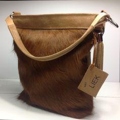 Label Tuttinero. Koeienhuid tas met je eigen naamlabel en tassen. Leren achterkant met 2 stoere zakken.