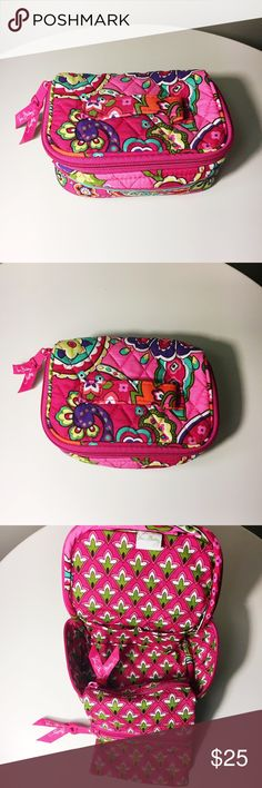 VERA BRADLEY travel jewelry case! 💐 Vera Bradley travel jewelry case! On the inside there are 2 additional zippered pockets and 2 smaller open pockets. A lot of storage for a small case! Beautiful print, and is as good as new! ☀️ Vera Bradley Accessories